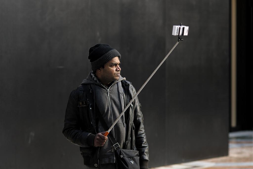 Один из признаков времени и символов социальных и технологических изменений в коммуникационной среде: палка для селфи. Источник: Flickr